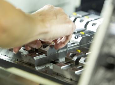 経験と勘が必要な工作機械の調整力